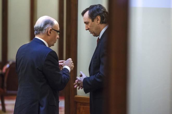Cristóbal Montoro charla en un aparte con el portavoz del PP en el...