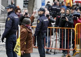 Mireia Boya saluda con el puño en alto antes de entrar en el Tribunal...