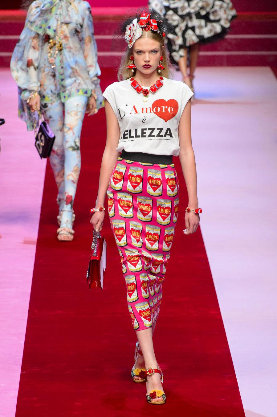 Conjunto de camiseta y falda pop art, L Amore, de Dolce & Gabbana