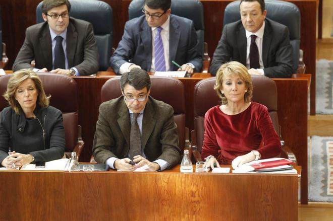 Ignacio González (en el centro, en primera fila), junto a la ex...