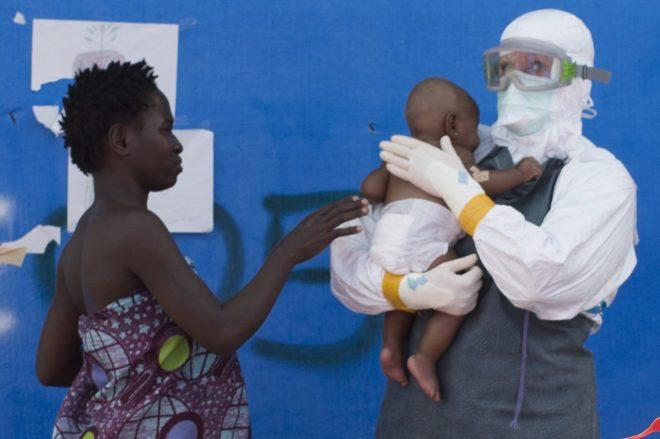 Korto, paciente de ébola junto a su hija, en un hospital en Liberia.