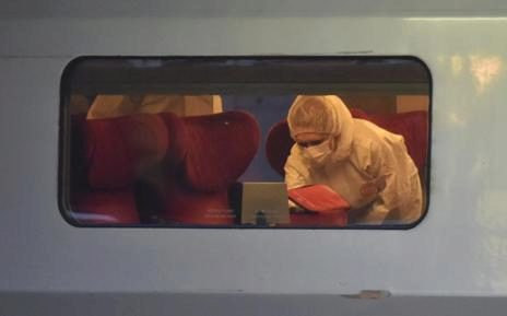 Efectivos de la policía científica examina el interior del tren donde se produjo el ataque