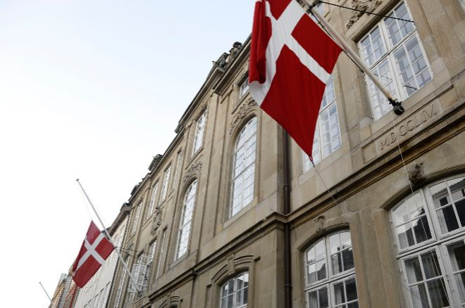 Las banderas ya ondeaban este miércoles a media asta en el palacio de...
