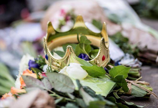 Flores y una corona de plástico han sido depositadas a las afueras...