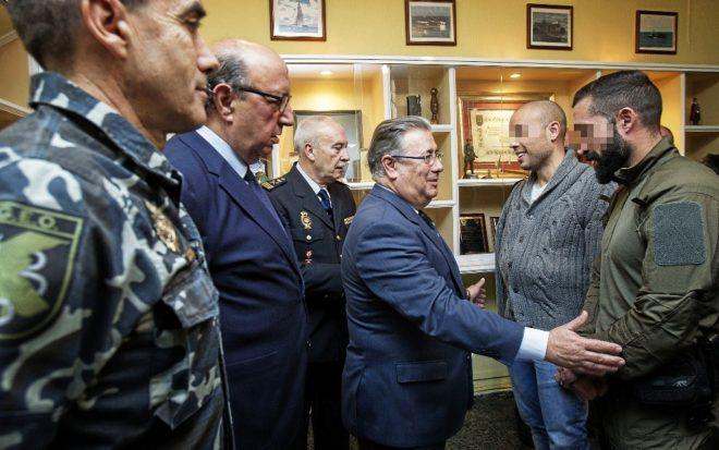 El ministro del Interior, Juan Ignacio Zoido, saluda a los geos...