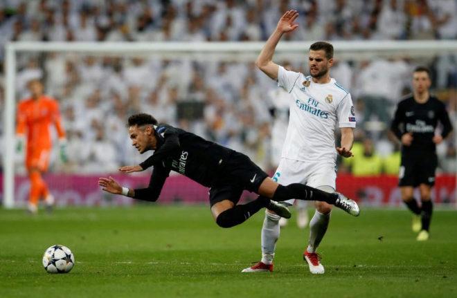 Neymar cae en presencia de Nacho en el Bernabéu.
