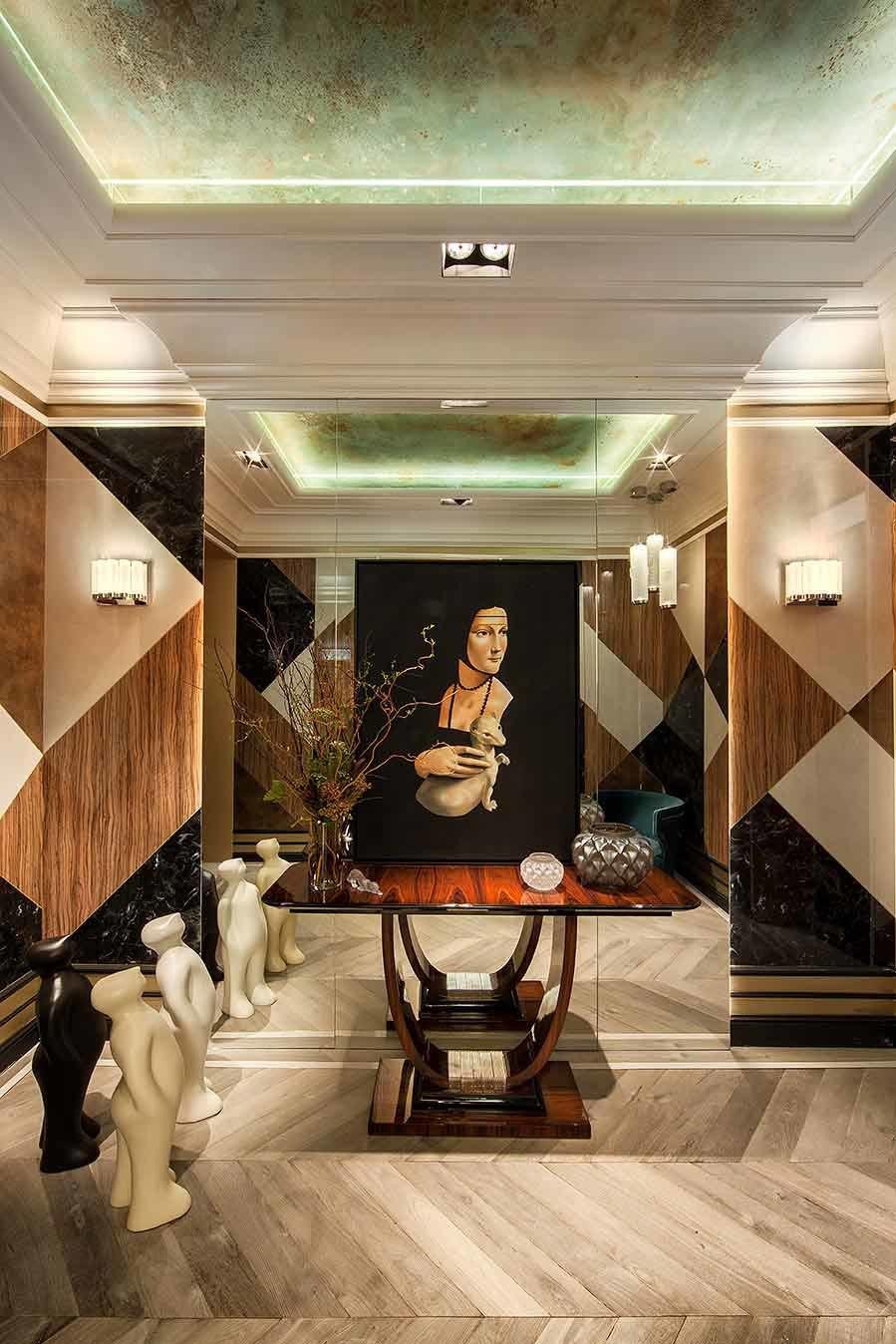Escultura y cuadros en el espacio Ele Room 62 para Alvic sirven como...