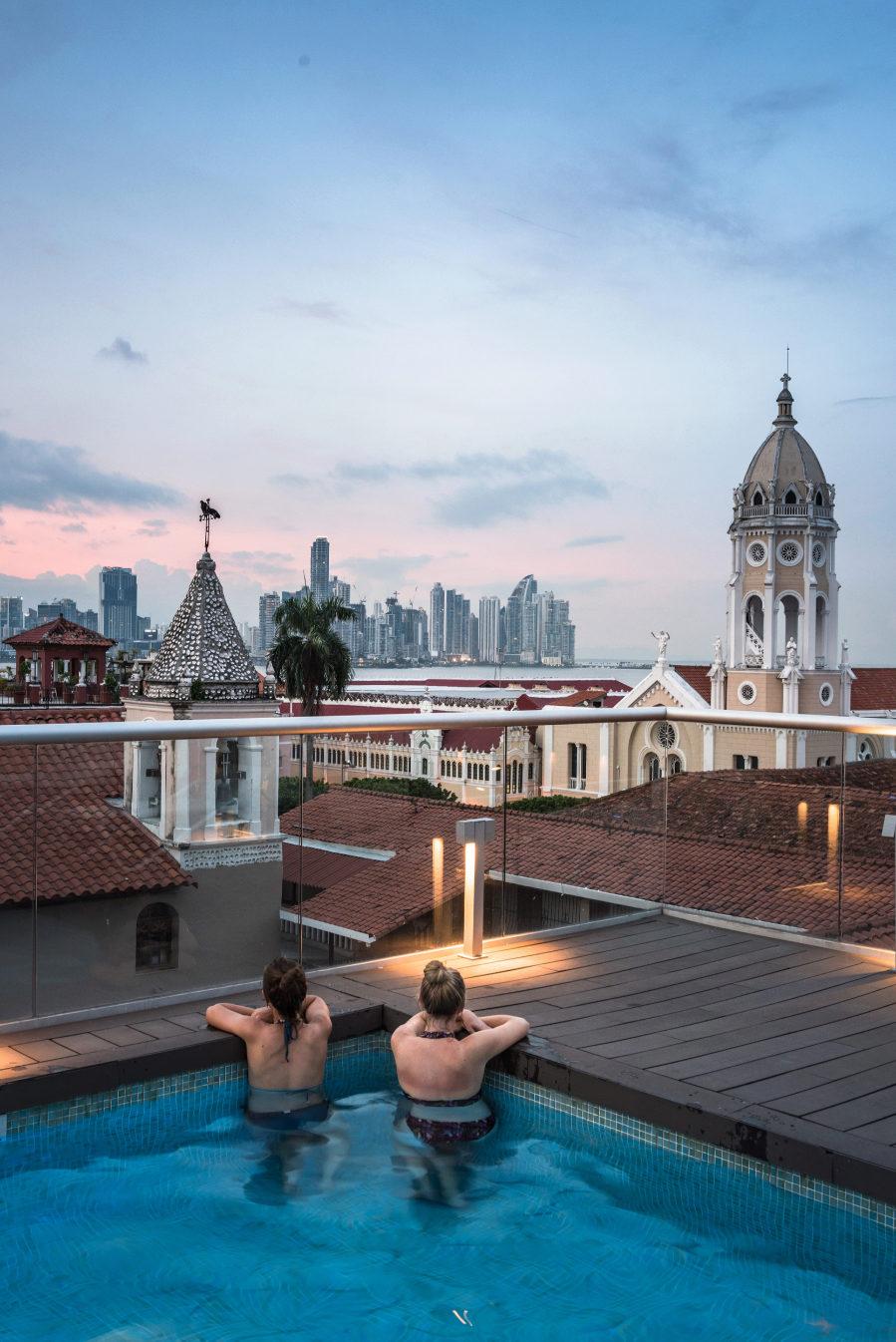 Dos turistas contemplan la capital desde el Central Hotel, el más...