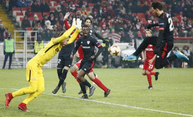 Aduriz bate a Rebrov en la acción del 0-2 en el Spartak Stadion.