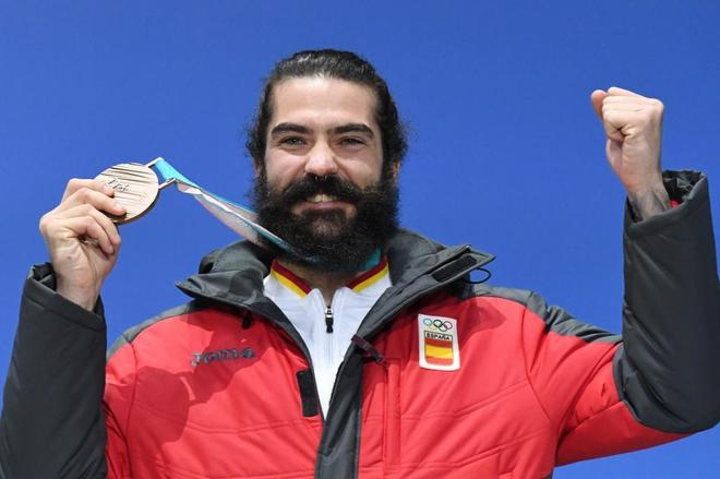 Regino Hernández celebra su histórico bronce en Pyeongchang.