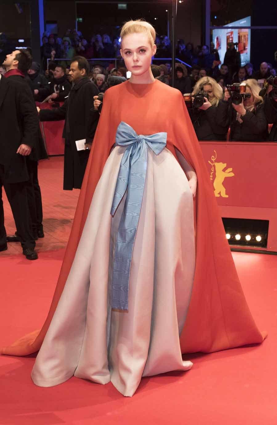 La actriz causó sensación con un espectacular vestido capa de...