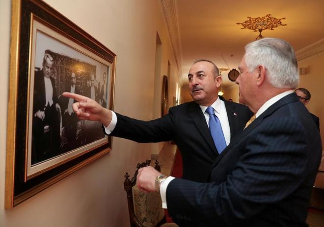 El ministro de Exteriores turco, Mevlut Cavusoglu, y su homólogo estadounidense, Rex Tillerson, se reunen en Ankara (Turquía).