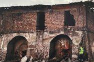 Exterior de la fábrica de ladrillos abandonada.
