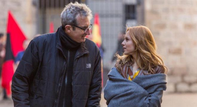 El director Mariano Barroso y la actriz Aura Garrido, en el rodaje de...