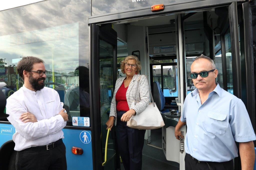 El gerente de la EMT y Manuela Carmena posan junto a un conductor