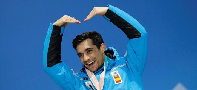 Fernández, celebrando en el podio tras recibir el bronce.