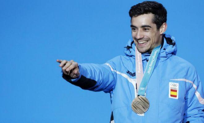 Javier Fernández, en el podio, con su bronce olímpico.