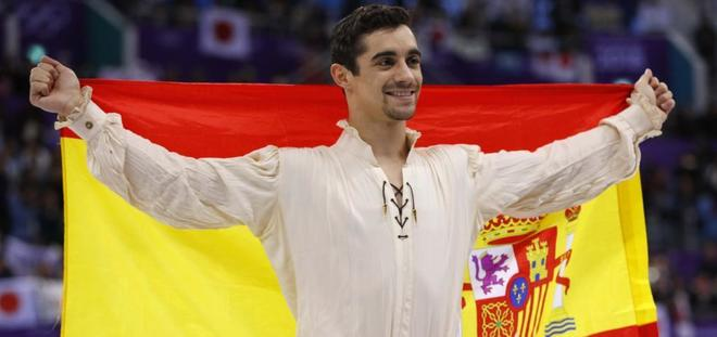 Fernández celebra su metal con la bandera española.