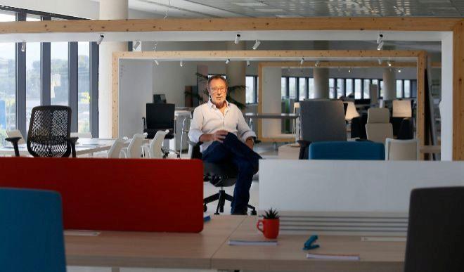 El presidente y fundador de Actiu, Vicent Berbegal, en la sede central de  la compañía en  el municipio de Castalla.