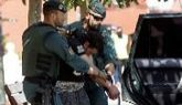 Agentes de la Guardia Civil, tras detener a un presunto yihadista...
