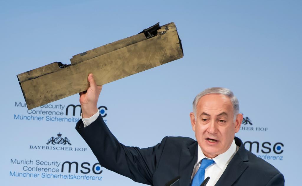 El primer ministro de Israel, Benjamin Netanyahu, muestra un pedazo de los restos del dron iraní abatido en territorio israelí.