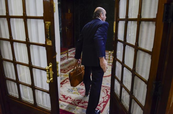 El ministro de Economía, Luis de Guindos, acude a un pleno del Congreso de los Diputados.