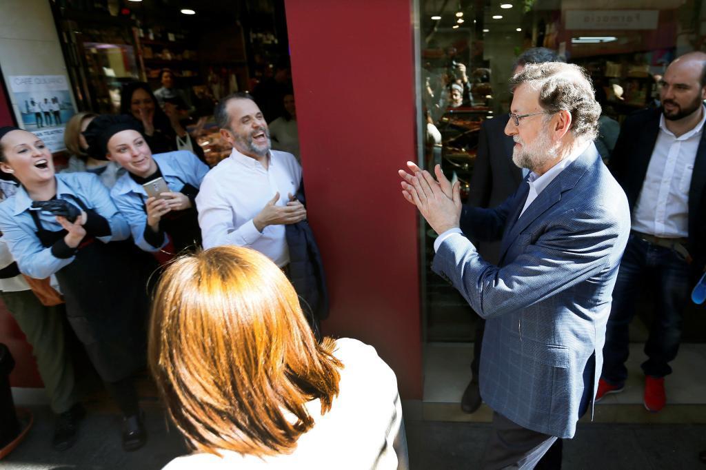 Mariano Rajoy aplaude a los vítores de un grupo de personas este...