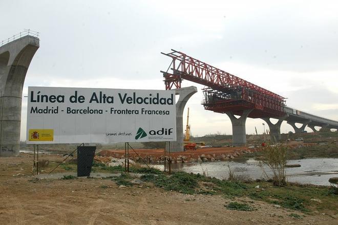 Un cartel anuncia la construcción de las vías del AVE Madrid-Barcelona.