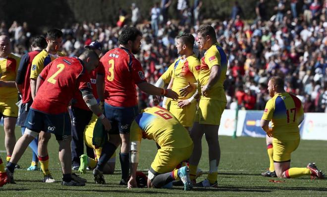 Los jugadores de España Pinto (i) y J. Moreno (c) saludan al jugador de Rumanía Macovei.