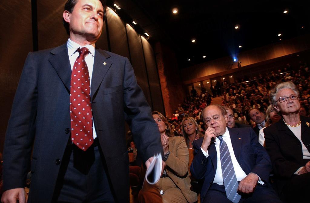 Artur Mas pasa junto a Jordi Pujol y su esposa, Marta Ferrusola, antes de defender en el Palau de la Música su propuesta para reformar el Estatut en 2004.