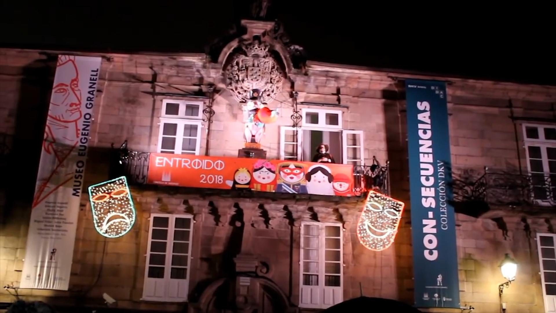 Carlos Santiago, en el balcón donde pronunció el pregón del Carnaval de Santiago de Compostela.