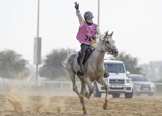 La jockey española Naroa Calvo, ganadora de la Sheik Mohammed Cup...