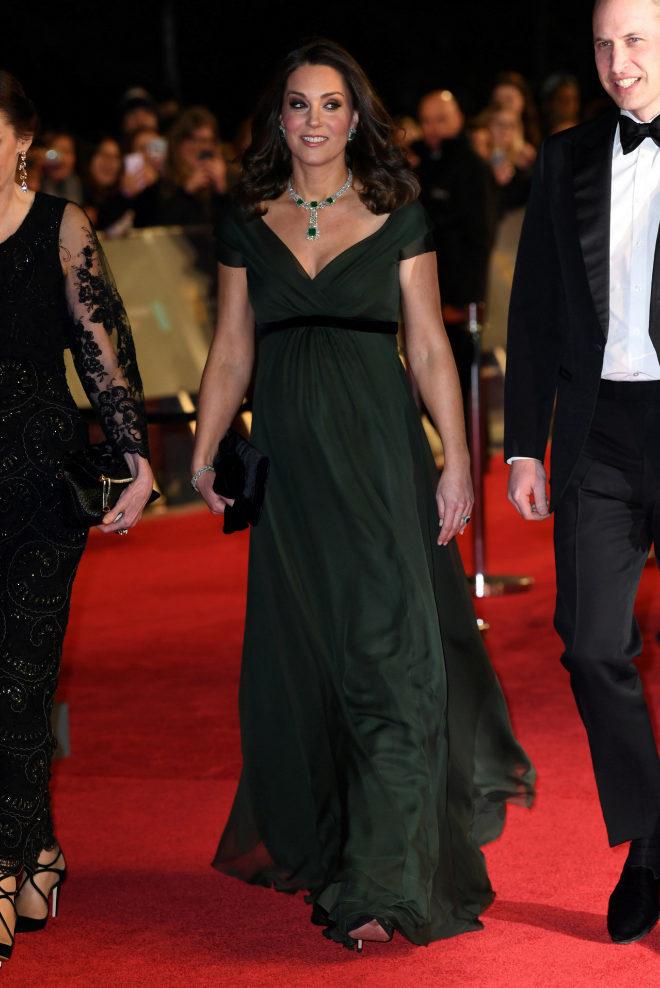 02db89765 Kate Middleton ha paseado por la alfombra roja con un vestido de gasa verde  bosque