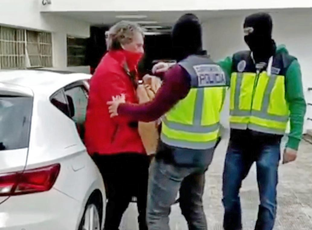 Sito Miñanco, con agentes de la Policía Nacional, tras ser detenido.
