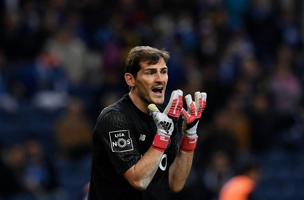 Porto's Spanish goalkeeper Iker Casillas gestures during the Portuguese Liga football match FC Porto vs Rio Ave FC at the Dragao stadium in Porto on February 18, 2018. / AFP PHOTO / FRANCISCO LEONG