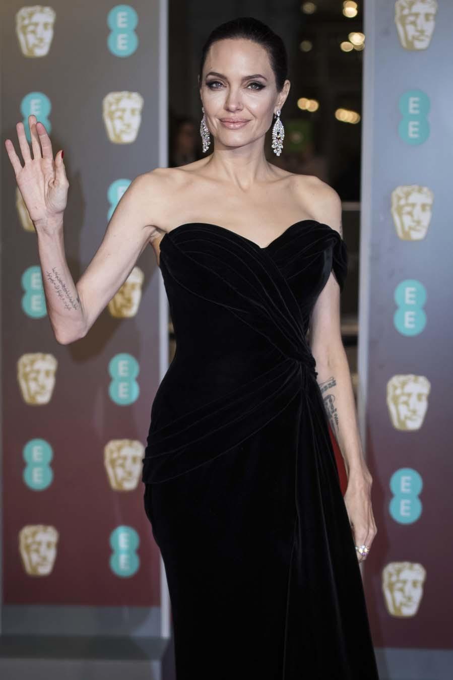 Angelina de negro con un vestido de terciopelo de Ralph & Russo sobre...