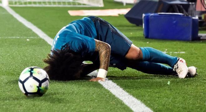 Marcelo, tendido en el césped del Villamarín tras lesionarse.