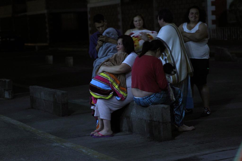 Habitantes de Ciudad de México tras un movimiento telúrico de magnitud 6 con epicentro en el estado de Oaxaca.