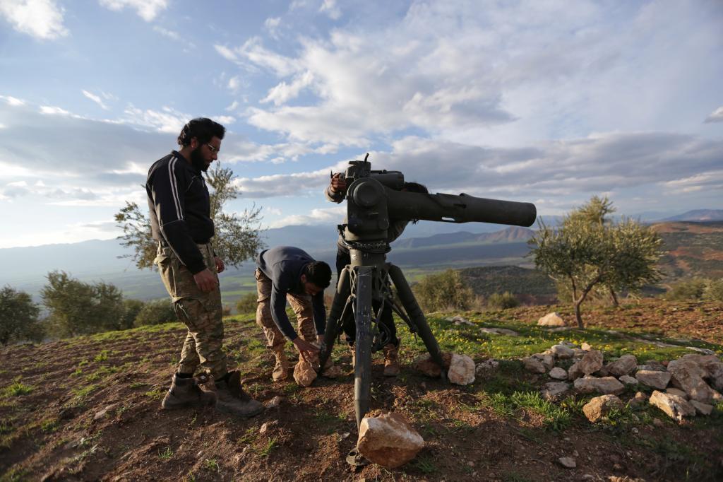 Rebeldes sirios preparan un misil antitanques en el norte de Afrin, Siria.