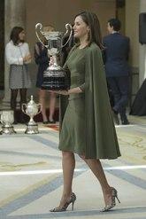 El vestido capa en verde oliva lo estrenó hace un año y aún se...
