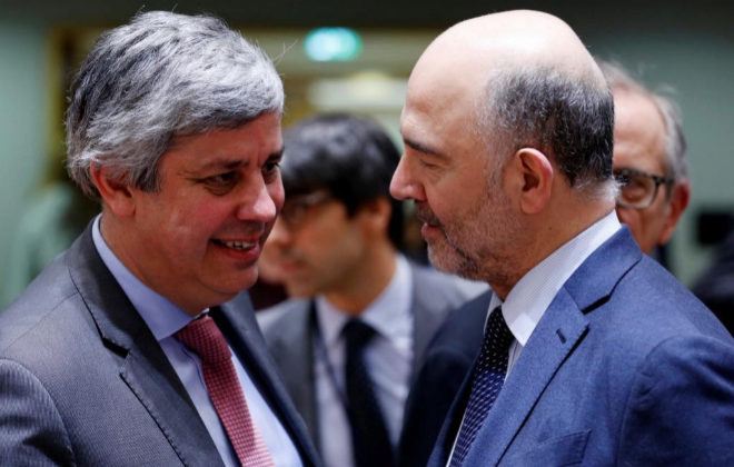El presidente del Eurogrupo, Mario Centeno (i), junto a Pierre Moscovici.