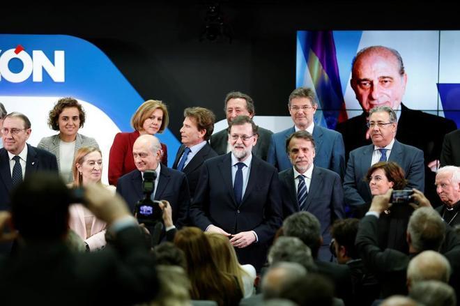 El presidente Mariano Rajoy, junto a varios ministros, en un acto del periódico 'La Razón'.
