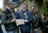 Mariano Rajoy y Xavier García Albiol sujetan el dibujo de una bandera...