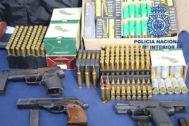 Armas y munición decomisada a la organización desarticulada en Dos Hermanas.