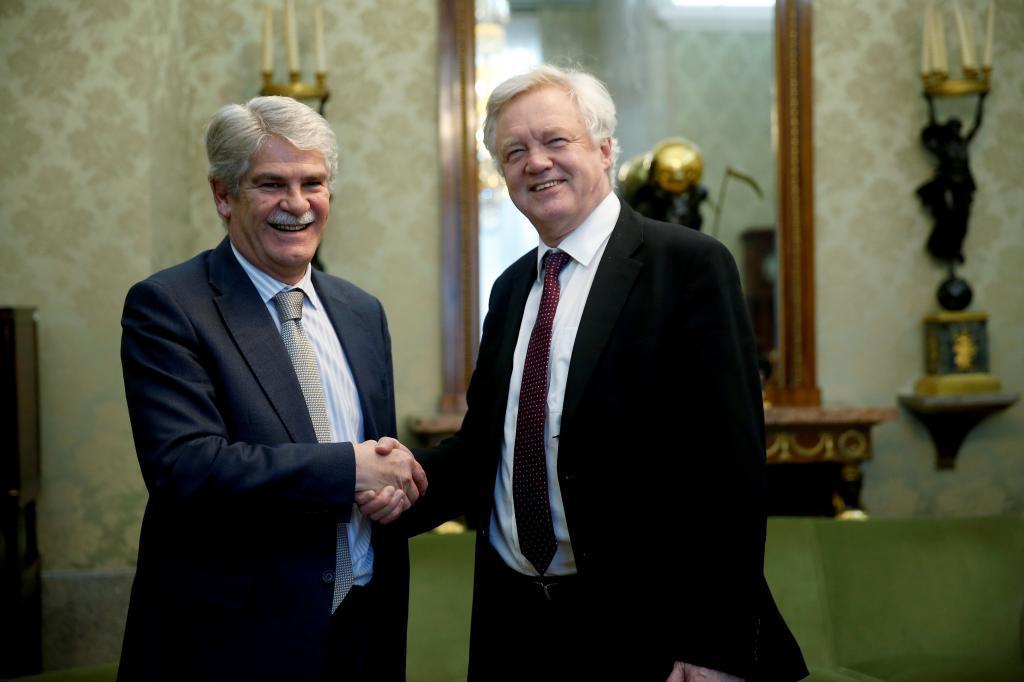 El ministro de Asuntos Exteriores, Alfonso Dastis (i), recibe al ministro británico para la salida de la UE, David Davis.
