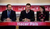 Pedro Sánchez, con José Luis Ábalos y Adriana Lastra este lunes en...