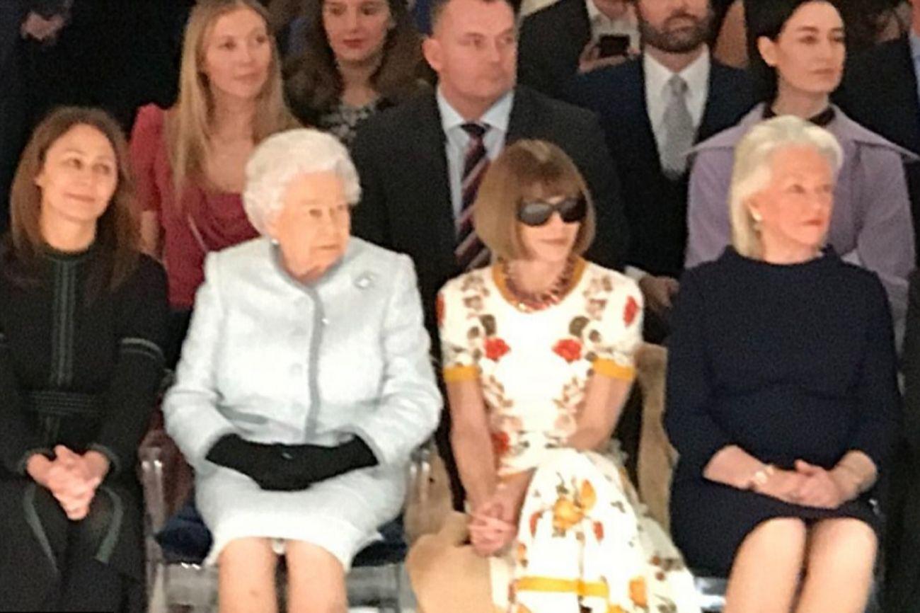 La Reina Isabel de Inglaterra se ha sentado en el front row de la...