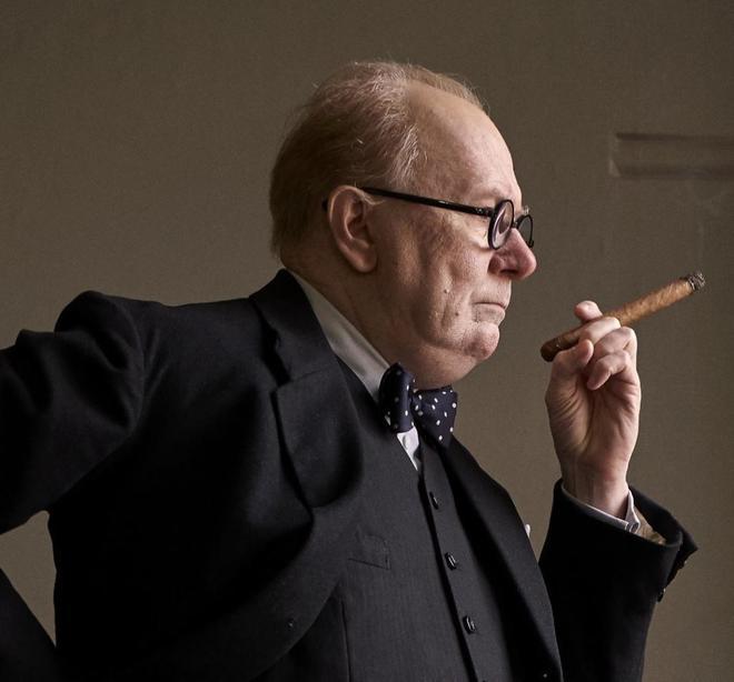"""Gary Oldman, caracterizado como Winston Churchill en """"El instante más..."""