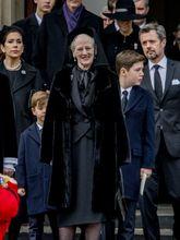 La reina Margarita de Dinamarca también eligió el velo negro para...