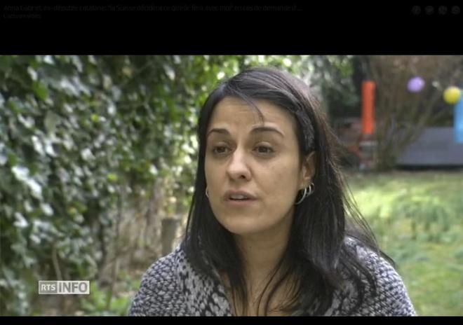 Anna Gabriel, durante la entrevista a la radiotelevisión pública...